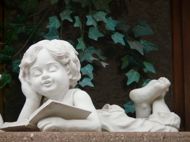 Steinfigur Junge mit Buch