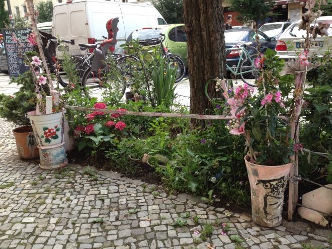 Baumscheibe KlaraLi hinterer Teil mit Blumentöpfen und Blumen