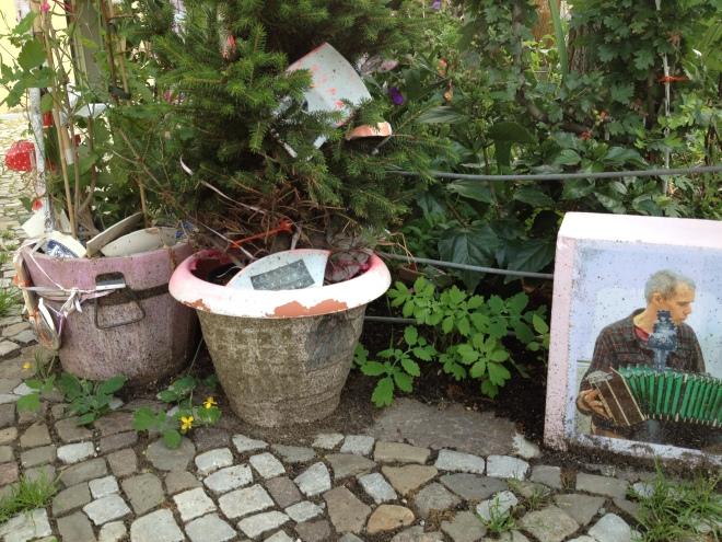 Baumscheibe KlaraLi mit Foto und Blumentöpfen