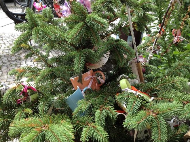 Baumscheibe KlaraLi Tannengrün mit bunten Schleifen und Scherben