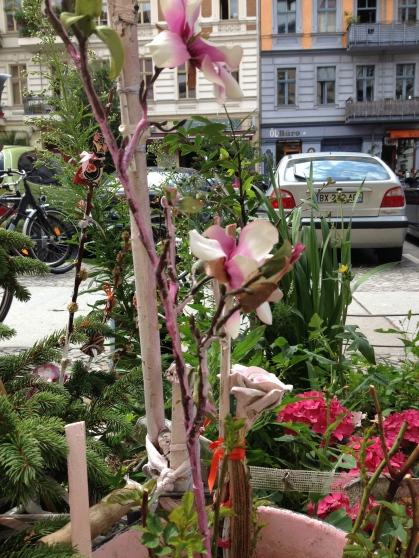 Baumscheibe Klara weiß-violette Blumen