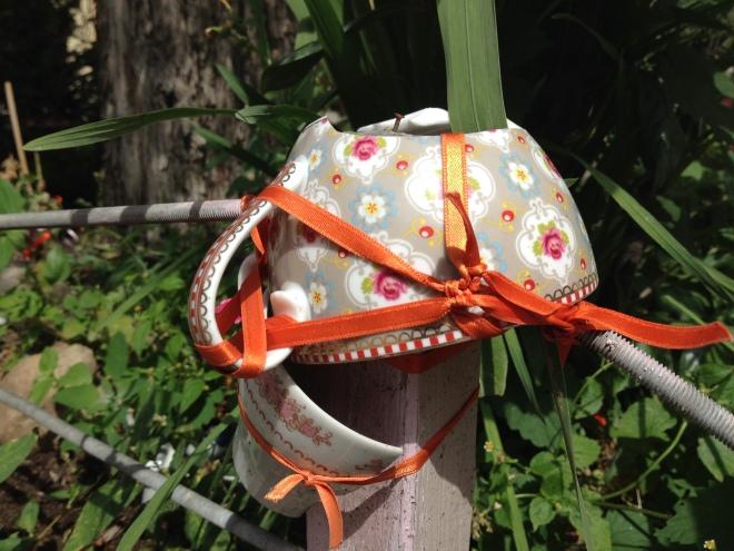 Baumscheibe KlaraLi bunte Porzellantasse mit rotem Schleifenband