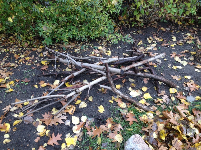 Holzstapel im unbedeckten Beet